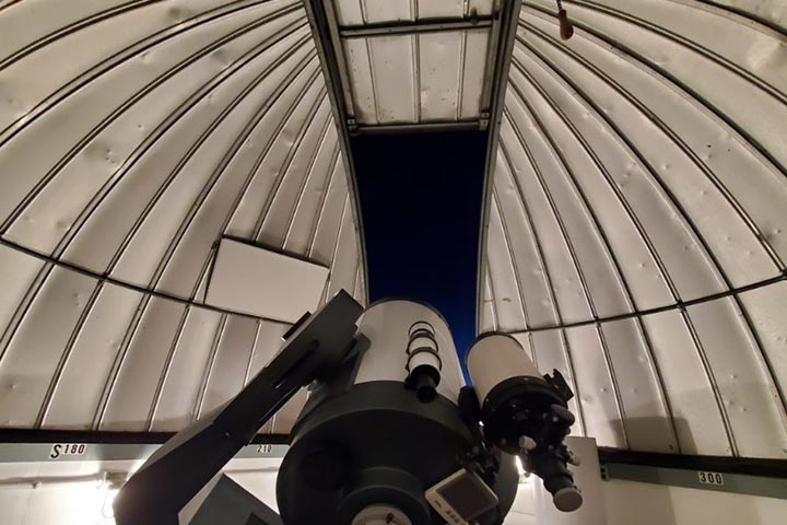 Opening in observatory roof
